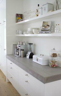 Op open planken in de keuken stal je je mooiste servies uit, breng meer sfeer en gezelligheid in de keuken en vervang een keukenkastje door planken!
