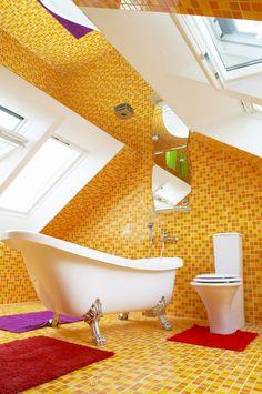 Tato koupelna vás nabije energií kdykoliv. Nespoutané barvy vytvořily z koupelny umělecké dílo. #interier #design #designinterieru #architektura #modernibydleni #bydleni #svetlyinterier #prosvetleniinterieru #velux #stresniokna #designideas #napadyprobydleni #podkrovi #rekonstrukce #rekonstrukcepodkrovi #modernipodkrovi #puda #pudnibyt