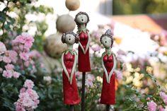 Ein kleiner Gartenchor mal ganz anders.  3 bezaubernde Gardengrils eifern um die Wette. Wer ist wohl die schönste und wer kann am besten singen. Die Keramik ist komplett frei von Hand modeliert...