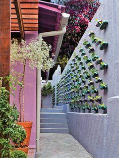 Jardim vertical feito com garrafas pet.