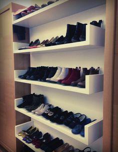Les chaussures dans une bibliothèque
