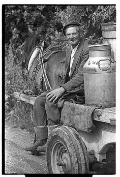 Old farmer bringing home milk cans on horse and cart, Pilltown Co. Vintage Pictures, Old Pictures, Old Photos, Ireland Pictures, Celtic Prayer, Milk Cans, Vintage Farm, Old Farm, Vintage Photographs