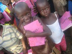 Kinder freuen sich über die neuen Schulhefte