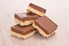 Battling sugar cravings on your raw or vegan diet? Try these no-bake dessert bars that will satisfy your sweet tooth without breaking any rules. Chocolate Caramels, Chocolate Recipes, Courge Spaghetti, Vegan Caramel, Vegan Pumpkin, Sugar Cravings, Cake Tins, Pumpkin Cheesecake, Something Sweet