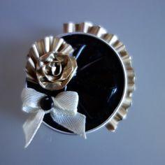 Broche ou barrette noire avec rose et éventail doré en capsule de café nespresso…