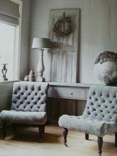grijze gecapitonneerde stoelen