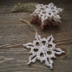 :) Today I am sharing the pattern for these little snowflakes! :) Today I am sharing the pattern for these little snowflakes! These versatile snowflakes can be used to decorate your Christ. Crochet Snowflake Pattern, Crochet Stars, Crochet Snowflakes, Crochet Cross, Thread Crochet, Crochet Patterns, Crochet Angels, Crochet Christmas Ornaments, Holiday Crochet