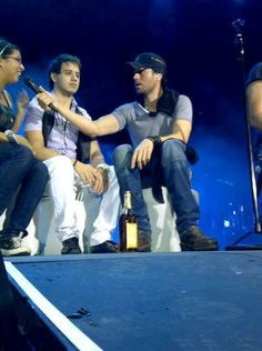 Enrique on stage with some fans!