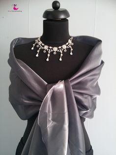 Long stole (shawl) for evening dress silver gray. /Lange dames sjaal for avondjurk kleur zilvergrijs.