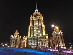 Ночная #Москва. Город который никогда не спит не может обойтись без архитектурной подсветки зданий. Важная функциональная особенность освещения - это привлекать внимание и создавать определенный имидж. #mpeilightlab #светодизайн #свет #lighting #lighting #lightingdesign