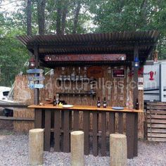 How to build a pallet Tiki bar? Get some inspiration with this Tiki bar! I used two wood pallets and one board for the top. Bar Patio, Backyard Bar, Pool Bar, Outdoor Furniture Plans, Bar Furniture, Automotive Furniture, Automotive Decor, Luxury Furniture, Modern Furniture