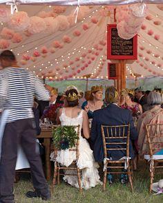 boules de fleurs et pompons en deco de mariage Un joli exemple de décoration de mariage avec des boules de fleurs accrochées aux plafonds (ou plutot dans les airs) et des jolis pompons en papier au...