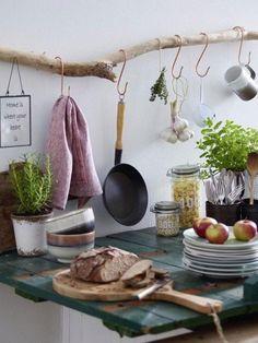 Ein bisschen Shabby Chic und eine Prise Landhausstil, dieses hübsche Küchenregal vereint unsere Lieblingsstile und das Beste, man kann es ganz einfach nachmachen: