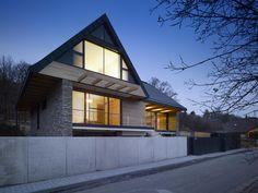 Dům pro čtyřčlennou rodinu měl být vzdušný a prostorný, zároveň však nijak předimenzovaný. Architektům se i přes problematický pozemek podařilo vytvořit moderní objekt s výrazným prosklením, který zabydlely zejména přírodní materiály.