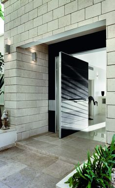 Synua è la porta blindata che non conosce limiti: ideale per le grandi dimensioni, è il connubio perfetto tra tecnica e design.