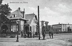 1917 - Broekhovenseweg met rechts de ingang van de Groenstraat met de fabriek van landbouwmachines van Manille Bogaerts, gebouwd in 1911. Later was er een kinderwagenfabriek Mutsaers in gevestigd. Links huize Agricultura aan de Broekhovenseweg 160, woning van M.A.C. Bogaerts. Later werd het herdoopt tot Castagnola en was het woonhuis annex praktijkruimte van dr. Schuerman, de bekende oud-voorzitter van voetbalclub Willem II.