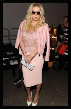 Kesha Steps Up Her Style for New York Fashion Week Shows! Givenchy, Balenciaga, Gucci, Fall Fashion Week, Fashion Show, Autumn Fashion, Women's Fashion, Milan Fashion, Street Fashion