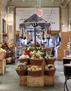 das ace hotel in new york + tipps fürs flatiron district - Magdeburg - Food Produce Displays, Fruit Displays, Ace Hotel, Hotels In New York, Fruit And Veg Shop, Tante Emma Laden, New York Tipps, Vegetable Shop, Farm Store