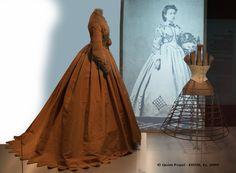 Museo Textil y de la Indumentaria de Barcelona, Col. M. Rocamora. Foto © Quim Puyol - EDYM, Es. 2009.    I LOVE the mannequin!