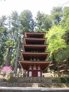 さらに石段をのぼって、五重塔(国宝)へ。  屋外に立つ五重塔としては我が国で最も小さく、また法隆寺五重塔に次ぐ古塔らしい。 総高16.1m