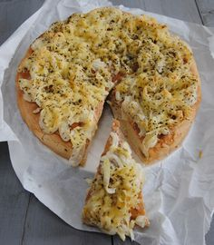 recept simpele uienkruier van turksbrood - gezinsleven.com Savory Snacks, Lunch Snacks, Snack Recipes, Vegetarian Recipes, Cooking Recipes, Lunches, Brunch, Sandwiches, Pizza