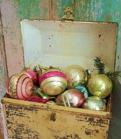 vintage ornaments as decoration. Shabby Chic Christmas, Antique Christmas, Christmas Past, Primitive Christmas, Vintage Christmas Ornaments, Retro Christmas, Vintage Holiday, Country Christmas, Winter Christmas