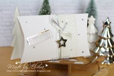 Bevor es mit den Angeboten der Woche los geht, zeige ich Euch noch die letzten Pillowboxen.Diese Varianten waren in elegantem Weiß mit Gold oder Silber kombiniert. Beidieser Box habe ich eine Stanze von Memory Box verwendet, der Anhänger ist aus dem Gastgeberset Nostalgische Weihnachten, gestempelt mit Versamark und mit Prägepulver in Gold embosst. Und das …