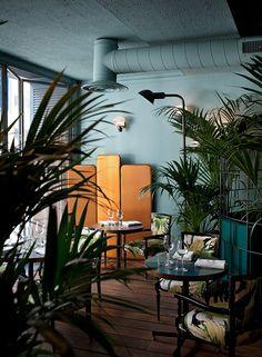J'adore : l'association des couleurs (acajou et vert d'eau), les plantes, les textiles aux motifs tropicaux.  Le Caffè Brulot - Thierry Costes - Dimore Studio http://www.dimorestudio.eu/
