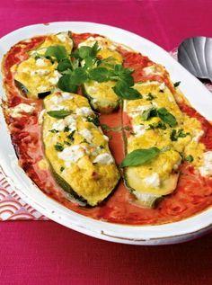 Gefüllte Zucchini mit Feta in Tomatensoße