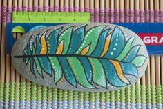 Pintado a mano de pluma pintada piedra  rock colorido Pebble Painting, Pebble Art, Stone Painting, Pebble Stone, Stone Art, Rock Crafts, Arts And Crafts, Driftwood Crafts, Rock Painting Designs
