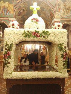 Υπέροχος ο Επιτάφιος στη Καμαρούλα Αγρινίου | AgrinioSite Church Flowers, Orthodox Christianity, Arte Floral, Flower Decorations, Altar, Holi, Jesus Christ, Icons, Halloween