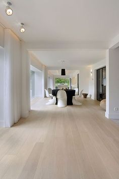 Weiße Villa Your bed room flooring is actually important. Villa Design, Floor Design, House Design, Hardwood Floor Colors, Light Hardwood Floors, Modern Wood Floors, White Oak Floors, White Flooring, Living Room Flooring