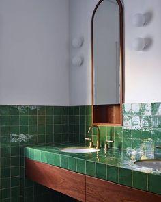 Des couleurs audacieuses mais qui fonctionnent ! On adore ! #salledebain#salledeau#bathroom#interiordesign#architecturedinterieur