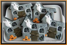 Andrea Haunted Houses Haunted House Halloween cookies Source by itsyummi Halloween Desserts, Spooky Halloween, Halloween Backen, Halloween Cookies Decorated, Halloween Sugar Cookies, Halloween Goodies, Happy Halloween, Decorated Sugar Cookies, Halloween Biscuits