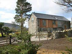 A luxury 3 bedroom holiday cottage that sleeps 6 in a twin and 2 double bedrooms. Relax in the hot tub overlooking the River Dee. Cottages In Wales, Family Getaways, Double Bedroom, Shed, Relax, Outdoor Structures, Cabin, Luxury, House Styles