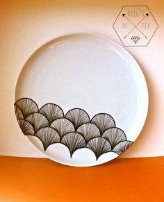 Quoi de mieux qu'une vaisselle unique ? J'avais très envie d'essayer de customiser de la porcelaine, parce que j'adore la vaisselle et c'est encore mieux si je peux dessiner dessus ! Tul'auras co...