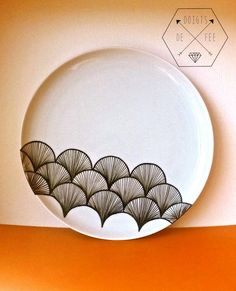Quoi de mieux qu'une vaisselle unique ? J'avais très envie d'essayer de customiser de la porcelaine, parce que j'adore la vaisselle et c'est encore mieux si je peux dessiner dessus ! Tu l'auras co...