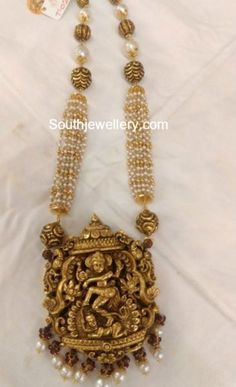 Pearls Mala with Temple Pendant photo Gold Temple Jewellery, Gold Jewellery Design, Gold Jewelry, Ruby Jewelry, Jewelry Necklaces, Gold Earrings Designs, Indian Jewelry, Bridal Jewelry, Pearls