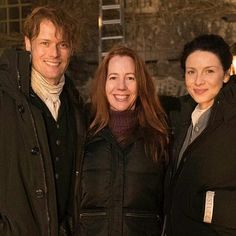 "italianoutlanders: ""#repost from @tvguidemagazine . #Outlander stars #CaitrionaBalfe and #SamHeughan, AKA soul mates Claire and Jamie Fraser, huddled for warmth with TV Guide Magazine reporter Kate Hahn (center) during our exclusive visit to a night..."