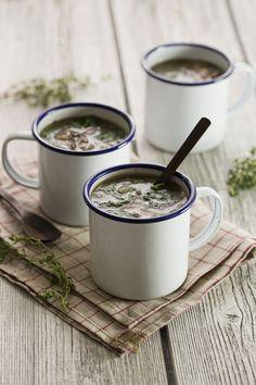 Cette soupe champignons-orge-épinards est un bon exemple de soupe non-mixée, très rassasiante et super healthy.