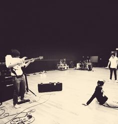 How Louis uses a guitar (GIF) an what the heck is Haz doing?.... UMM OBVIOUSLY LOUIS IS SHOOTING HARRY WITH THE GUITAR