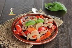 Straccetti di pollo con cipolla e peperoni Salvia, Caprese Salad, Fett, Chicken, Fantasy, Sage, Insalata Caprese, Cubs