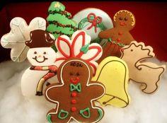 Para preparar galletas en Navidad y decorarlas con temas navideños, necesitaremos masa de galletas, moldes para crear formas, glaseado, colorante y azúcar de colores para la decoración. Una vez preparada la masa de galletas (ver aquí receta para galletas) y enfriada en la nevera, amasar y usar los moldes de galletas para crear las formas …