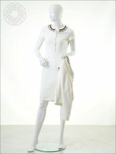 http://www.belginmoda.com/3311-15-Elbise,PR-336.html Pınar Şems 3311-15 Elbise Kumaş  : % 90 Polyester                  % 10 Likra Manken : 38 Beden Ürün     : 38 Beden Desen   : Sade Renk     :  Ekru