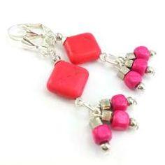 Kolczyki z różowym howlitem, drewnianymi kostkami i srebrnymi elementami.