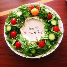 リースサラダ | 今日はクリスマスパーティ準備。 リースサラダ作ってみました! 使ったのは水菜、ミニトマト、きゅうり、ベーコン、ゆでたまご。 黄身を上に置いてみたらミッキー風になった笑。30周年記念ってことで笑