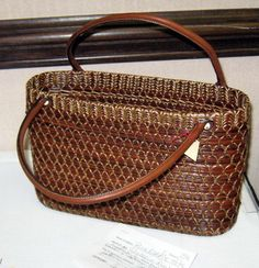 Pine Needle Crafts, Bottle Trees, Pine Needle Baskets, Pine Needles, Pine Tree, Diy And Crafts, Weaving, Crafty, Tote Bag