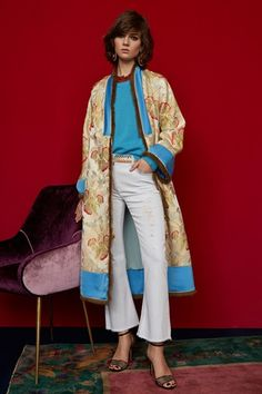 See the full Pre-Fall 2018 collection from Etro. See the full Pre-Fall 2018 collection from Etro. Autumn Fashion 2018, Fashion Week, Look Fashion, Fashion Outfits, Fashion Trends, Motif Kimono, Fashion Show Collection, Up Girl, Fall 2018