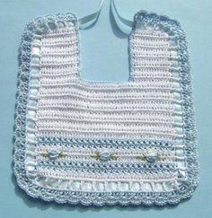 Babador de crochê com gráficos! Crochet Baby Bibs, Crochet Baby Clothes, Crochet Shoes, Baby Knitting, Love Crochet, Baby Bonnet Pattern, Bib Pattern, Crochet Stitches, Crochet Patterns