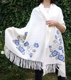 chalina tejida en telar bordada a mano Embroidery Hoop Decor, Embroidery On Clothes, Creative Embroidery, Embroidery Suits, Hand Embroidery Designs, Embroidery Stitches, Textiles, Kimono Cardigan, Boho Chic